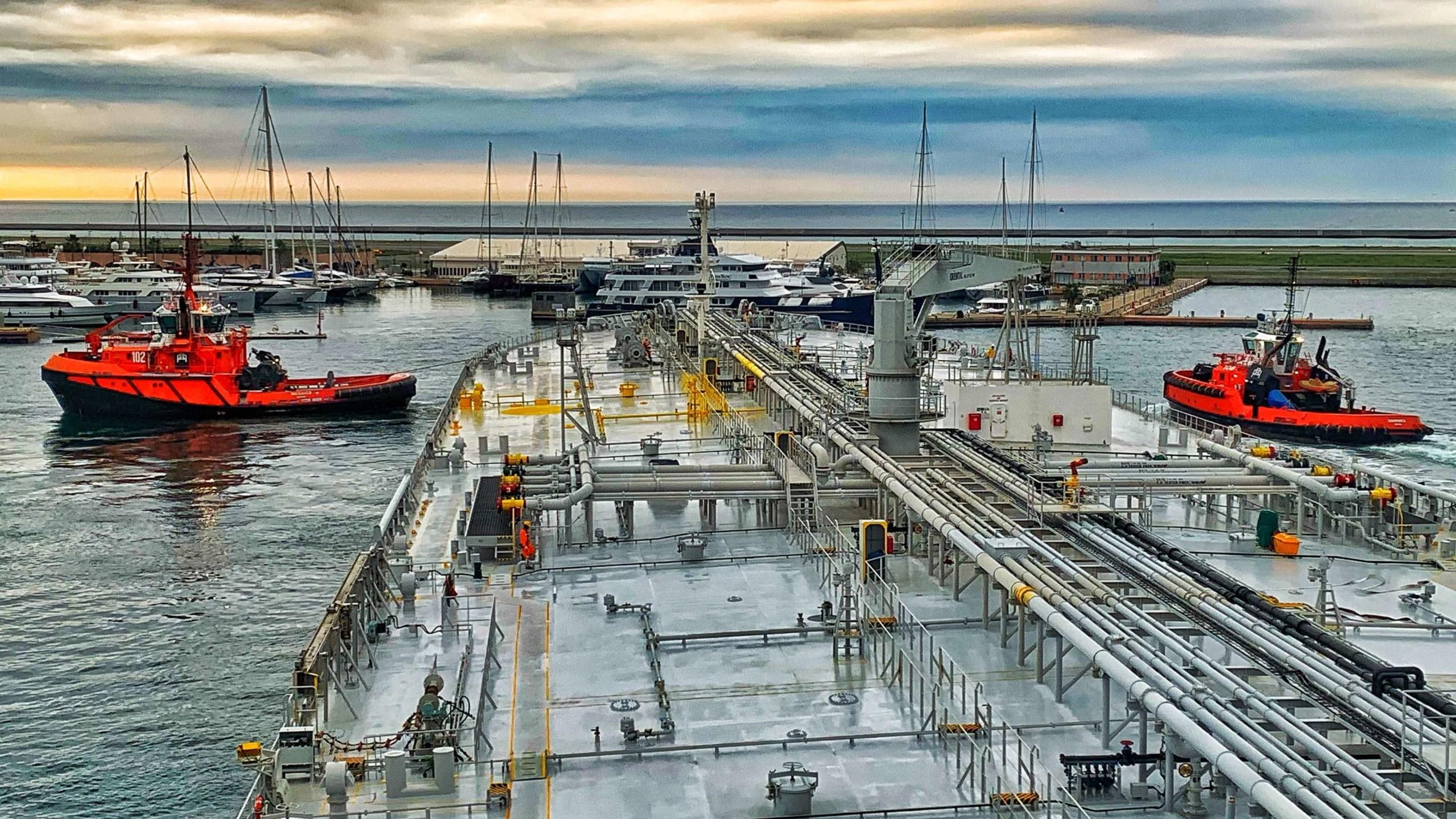 Petroliera in manovra